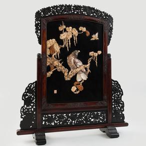 Biombo japonés realizado en madera ebonizada en negro, nácar, madera y marfil. Siglo XIX