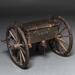 Antigua maqueta de carro de caja de caudales con ruedas realizado en madera, hierro y piel, Siglo XIX