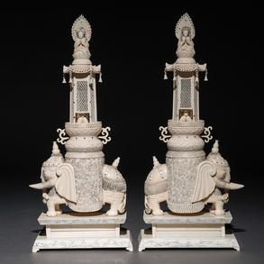 Importante pareja de elefantes de marfil tallado. Trabajo Chino, Finales del Siglo XIX-XX