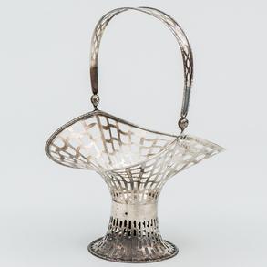 Centro en forma de cesta calada en plata española punzonada. Siglo XX. Ley, 916