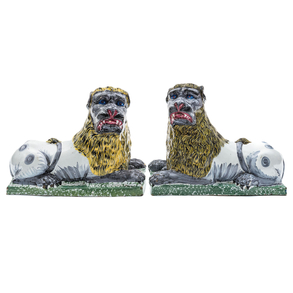 Pareja de leones en cerámica vidriada francesa Lunéville del siglo XIX