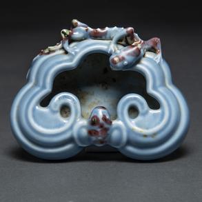 Recipiente en porcelana china Clair de lune con decoración de dragón imperial. Trabajo Chino, Siglo XX