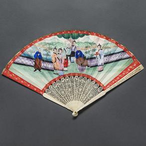 Abanico Chino con varillaje en marfil calado y país pintado a mano en acuarela de escena de jardín. Trabajo Chino, Finales del Siglo XVIII-XIX