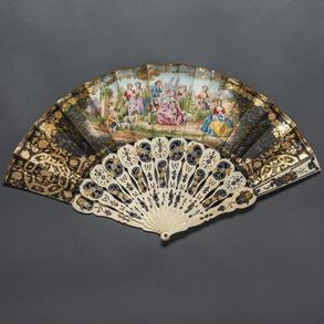 Abanico Isabelino del siglo XIX con varillaje en hueso pintado con toques de negro y dorado.