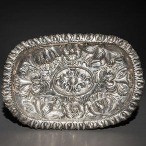 Bandeja en plata repujada del siglo XIX
