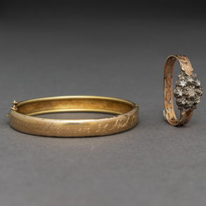 Conjunto de pulsera rígida y anillo en oro amarillo de 14 Kt.
