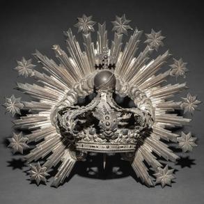 Importante corona repujada en plata española puznonada de principios del siglo XX