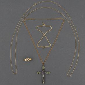 Miscelánea de cadenas en oro amarillo de 18 Kt con cruz procesional en nácar.