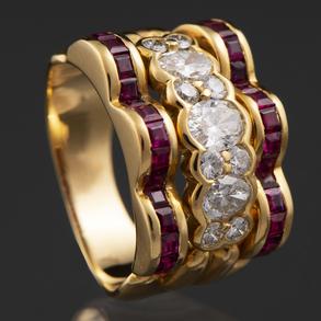 Anillo montado en oro amarillo de 18 kt. con diamantes talla brillante y talla marquise con rubíes calibrados.