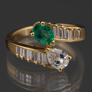 Sortija Tú y Yo montada en oro amarillo de 18 Kt con diamantes talla pera, esmeralda y baguette con esmeralda talla pera.