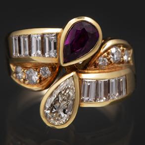 Sortija Tú y Yo montada en oro amarillo de 18 Kt con diamantes talla brillante, talla pera y talla baguette con rubí talla pera.