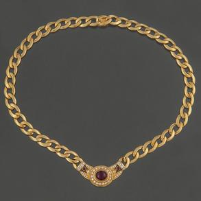 Bonita gargantilla de eslabones en oro amarillo de 18 Kt con colgante de diamantes talla brillante y talla Carré.