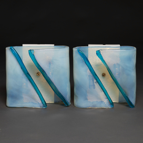 Pareja de apliques en cristal de Murano azul y blanco de forma cuadrangular. Trabajo Italiano, Años 70