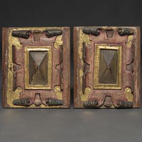 Pareja de cartelas correiformes en madera tallada y policromada. Trabajo español, Siglo XVII.
