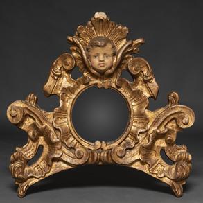 Copete con espejo  central y querubín en madera tallada y dorada. Siglo XX