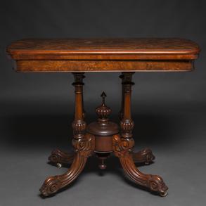 Mesa de Juego Inglesa época Victoriana en madera de raíz de nogal. Siglo XIX