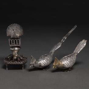 Conjunto de palillero en plata portuguesa y pareja de faisanes en plata española punzonada.