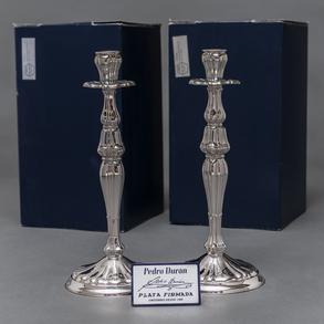 Pareja de candeleros en plata española punzonada. Siglo XX