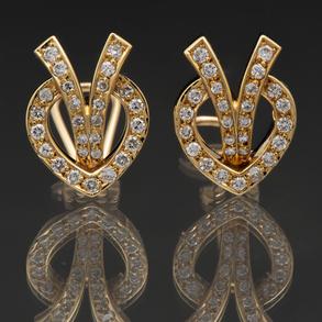Elegante pareja de pendientes con montura en oro amarillo de 18 Kt y diamantes talla brillante.