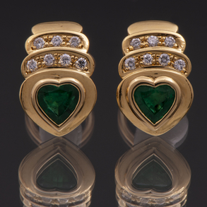Pareja de pendientes en oro amarillo de 18 Kt con esmeralda talla corazón y diamantes talla brillante.