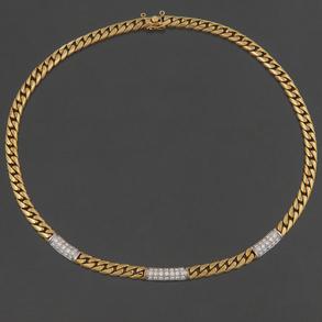 Gargantilla en oro amarillo de 18 Kt con tres cartuchos en oro blanco cuajado de diamantes talla brillante.