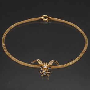 Gargantilla sogueada en oro amarillo de 18 kt con colgante de diamantes talla brillante y zafiros talla navete.
