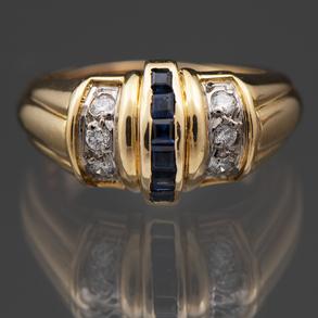 Bonito anillo montado en oro amarillo de 18 Kt con diamantes talla brillante y zafiros calibrados