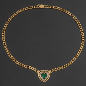 Gargantilla en oro amarillo de 18 kt con colgante en forma de corazón con esmeralda en el centro orlada de brillantes