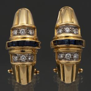 Pareja de pendientes montados en oro amarillo de 18 Kt con brillantes y zafiros calibrados