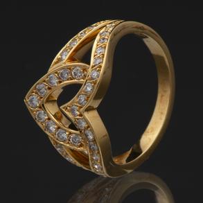 Bonito anillo en forma de corazón montado en oro amarillo de 18 Kt.