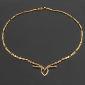 Elegante Gargantilla en oro amarillo de 18 Kt rematado con corazón entrelazado orlado de diamantes talla brillante.