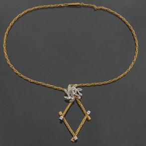 Gargantilla en oro amarillo de 18 Kt en forma de cordón con colgante en forma geométrica orlado de brillantes.