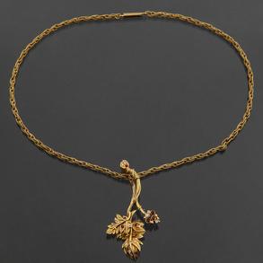 Gargantilla sogueada en oro amarillo de 18 kt con colgante en forma de hoja de parra orlada de diamantes talla brillante y rubíes.