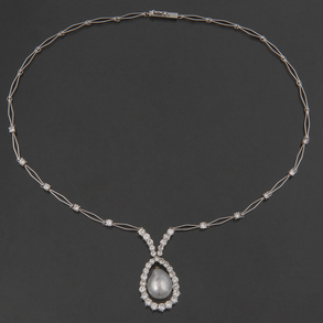 Gargantilla en oro blanco de 18 Kt intercalado eslabones y diamantes talla brillante.