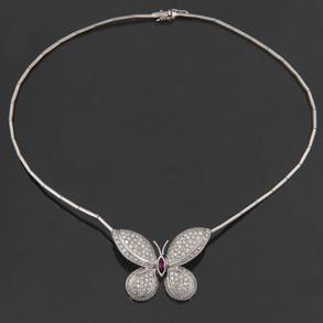 Bonita Gargantilla de eslabones en oro blanco de 18 kt con colgante en forma de mariposa cuajado de diamantes talla brillante y rubí central en talla navette