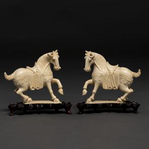 Pareja de caballos chinos en marfil tallado. Trabajo Chino, Primer tercio del siglo XX