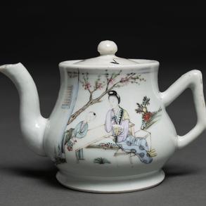 Tetera en porcelana china familia rosa. Trabajo Chino, Siglo XIX