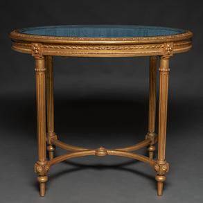 Mesa expositor de forma ovalada francesa estilo Luís XVI en madera tallada y dorada. Trabajo Francés, Finales del Siglo XIX-XX
