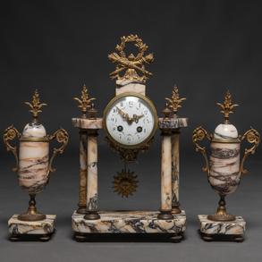 Reloj francés de sobremesa con guarnición de copas en mármol estilo Luís XVI. Trabajo Francés, Siglo XIX
