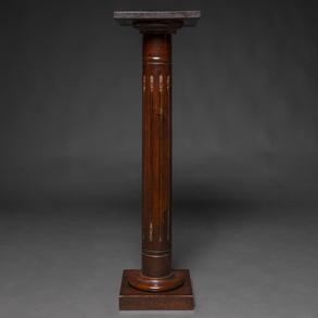 Peana en madera de caoba con aplicaciones en bronce dorado. Finales del Siglo XIX