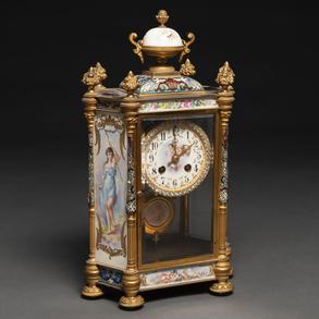 Reloj de sobremesa francés época Napoleón III realizado en bronce dorado, esmalte cloisonné y placas de porcelana esmaltada. Siglo XIX