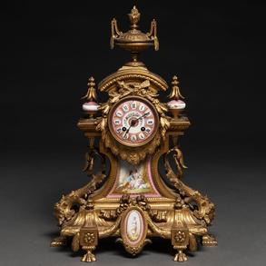 Reloj de sobremesa francés estilo Luís XVI en bronce dorado con aplicaciones en porcelana esmaltada. Siglo XIX
