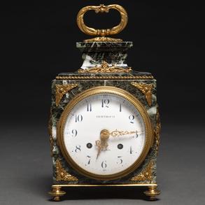 Reloj de Viaje estilo Luís XVI  realizado en mármol verde vetado con aplicaciones en bronce dorado. Siglo XX