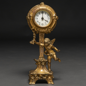 Reloj de sobremesa francés estilo Luís XVI en bronce dorado. Siglo XX