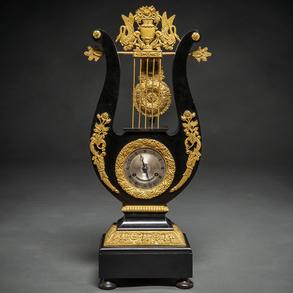 Reloj de Lira época restauración madera ebonizada en negro con aplicaciones en bronce dorado. Trabajo Francés, h. 1815 -1830