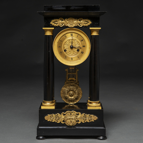 Reloj de sobremesa francés Napoleón III en madera ebonizada en negro, Siglo XIX