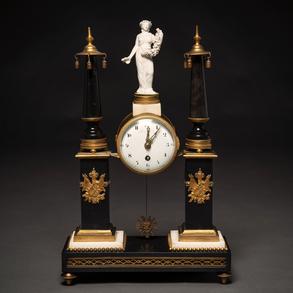 Reloj de sobremesa francés estilo Luís XVI en bronce dorado, mármol negro y mármol blanco. h. 1806