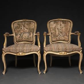 Conjunto de canapé y pareja de butacas estilo Luís XV en madera sacadas en blanco. Trabajo Francés, Finales del Siglo XIX-XX