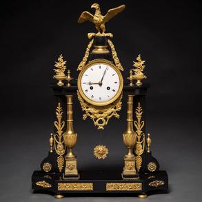 Reloj de sobremesa francés época Luís XVI en bronce dorado y mármol negro. Trabajo Francés, Siglo XVIII