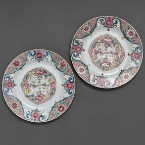 Pareja de platos en porcelana China familia rosa. trabajo Chino, Finales del Siglo XVIII